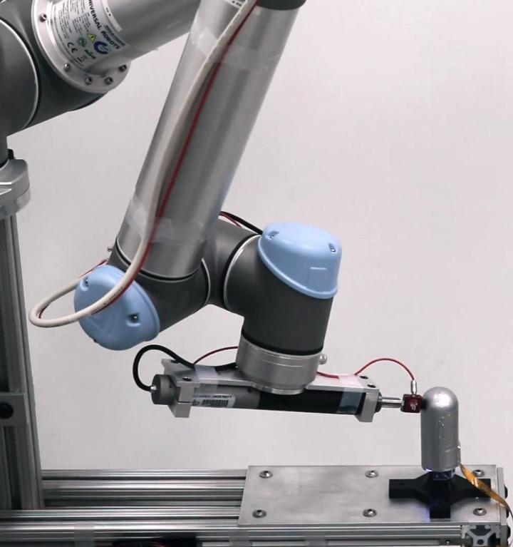 A Tactile Robot Finger with No Blind Spots
